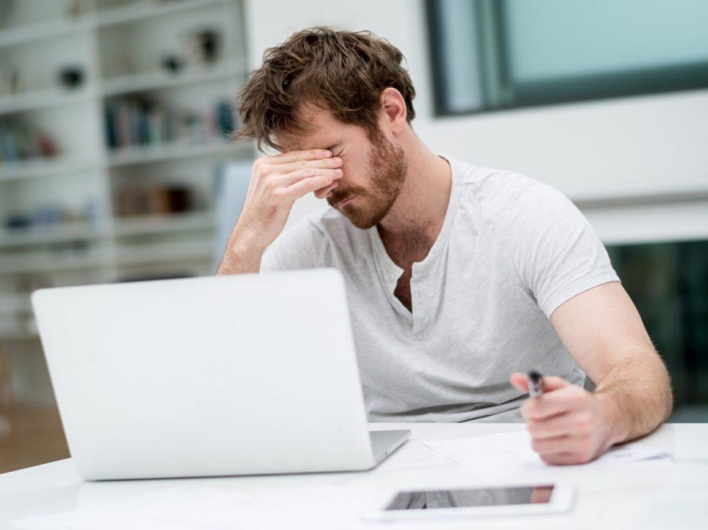 Identikit del web-dipendente: poco sonno, problemi con il partner, impegni trascurati, tutti i segnali d'allarme