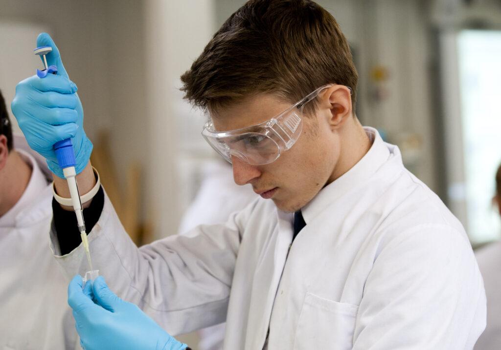 STUDENTI & INSEGNANTI DI SCIENZE: DA OGGI I LABORATORI DI BIOTECNOLOGIE A SCUOLA SONO ANCHE DIGITALI